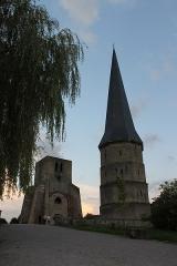 Ancienne abbaye Saint-Winoc - Français:   Les tours bleue et polygonale, vestiges de l\'ancienne abbaye de Saint Winoc