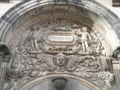 Palais épiscopal - Français:   Portail de l\'ancien palais épiscopal de Cambrai, aujourd\'hui sous-préfecture (détail)