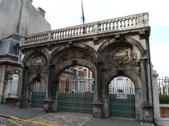 Palais épiscopal - Français:   Portail de l\'ancien palais épiscopal de Cambrai, aujourd\'hui sous-préfecture