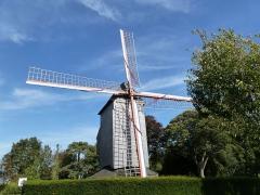 Jardin public du Moulin de Cassel - Français:   Le «Kasteel Meulen» (moulin du Château) remplace le moulin du XVIe brûlé en 1911. C\'est en 1947 que le Syndicat d\'initiative racheta le moulin d\'Arnèke appartenant alors à la famille Ruytoor et qui date du XVIIIe siècle, de type sur pivot. Il est ouvert au public depuis 1949. Cassel comptait 24 moulins au début du XXe;