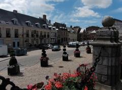 Maison - Français:   La Grand-Place  au fond le nº12 - Rue d\'Aire Cassel, Nord.- Nord-Pas-de-Calais