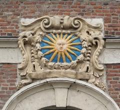 Ancien relais de poste - Français:   Fronton du portail de l\'ancien relais de Poste Royale (la Hamaide), Chéreng Nord (département français)