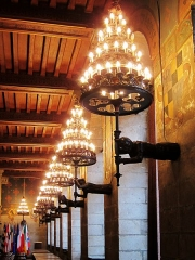 Hôtel de ville et beffroi - Luminaires de la salle gothique de l'hôtel de ville de Douai (Nord).