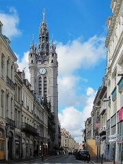 Hôtel de ville et beffroi - Le beffroi de l'hôtel de ville de Douai vu de la rue de la Mairie.