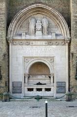 Eglise Saint-Eloi - Nederlands: Duinkerke (département du Nord, Frankrijk): monument (cenotaaf) voor de gesneuvelden - aanvankelijk enkel van de Eerste Wereldoorlog, later van de beide wereldoorlogen - aan de voet van het belfort. Ontwerper: beeldhouwer Pierre Fritel (1853-1942).