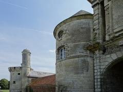Château - Extérieur du Château d'Esnes, la tourelle et la tour gauche du portail situées à l'Est