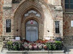 Eglise Saint-Folquin - Français:   Le Monument aux Mors accolé à l\'Église St Folquin (Xe-XVIIe) à  Esquelbecq Nord.- France.