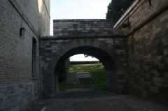 Vestiges anciens de la ville - Cette arche servait à recueillir l'eau de pluie du toit de la caserne Varennes.