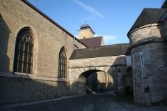 Vestiges anciens de la ville - Cette arche servait à recueillir l'eau de pluie du toit de l'église.