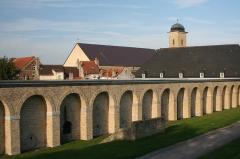 Vestiges anciens de la ville - Deuxième caserne encadrant la Citerne.
