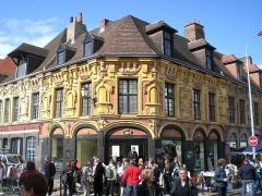 Maison de Gilles de la Boe, dite aussi du Bon Bouillon -  La maison de Gilles de le Boë, construite en 1636, à Lille (Nord) prise lors de la Grande Braderie de Lille.