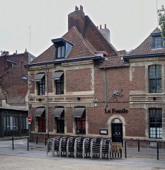 Maison - This building is indexed in the Base Mérimée, a database of architectural heritage maintained by the French Ministry of Culture,under the reference PA00107714 .