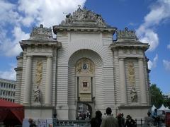 Porte de Paris - This building is classé au titre des monuments historiques de la France. It is indexed in the base Mérimée, a database of architectural heritage maintained by the French Ministry of Culture,under the reference PA00107723 .