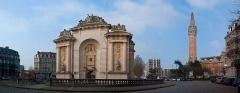 Porte de Paris - Français:   Porte de Paris, en fond le Beffroi de la Mairie, Lille