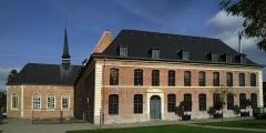 Hospice général -  Le cloître et la chapelle de l'hospice d'Havré à Tourcoing (Nord). Fondé en 1260, la gestion de l'hospice est confiée aux Sœurs Grises de l'ordre de Saint-François de Comines en 1630. Le cloître s'élève à partir de 1631 et la chapelle sera construite entre 1644 et 1656. En 1998, l'hospice est fermé et la ville acquiert l'ensemble du site l'année suivante. Il fera l'objet d'une réhabilitation dans le cadre du projet Lille 2004, Capitale européenne de la culture. Baptisé Maison –Folie de Tourcoing, c'est à présent un «lieu d'art et d'échanges» qui accueille des spectacles et des expositions.