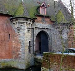 """Propriété dite """"Ferme des Templiers"""" -  La ferme des Templiers  du XVIème siècle, entourée de douves en eaux, à  Verlinghem  Nord  Hauts-de-France."""
