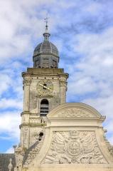 Hôtel de ville et beffroi - Français:   Le fronton de la facade de l\'hôtel de ville et le beffroi avec les trompettes