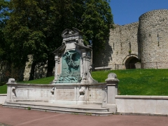 Porte des Degrés - English: The Degrees door and the Memorial of Boulogne-sur-Mer (Pas-de-Calais, France).