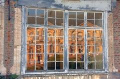 Ancienne abbaye de Cercamps - Français:   Reflets du château dans les fenêtres des bâtiments annexes