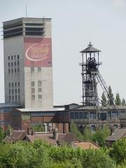 Ancien site minier de la fosse 11-19 de la Compagnie des Mines de Lens - La fosse no 11 - 19 de la Compagnie des mines de Lens était un charbonnage du bassin minier du Nord-Pas-de-Calais constitué de deux puits situé à Loos-en-Gohelle, Pas-de-Calais, Nord-Pas-de-Calais, France. La fosse d'aérage no 11 bis est située sur un autre carreau. Les installations de surface de la fosse no 11 - 19 sont classées aux monuments historiques le 21 décembre 2009, venant remplacer l'inscription du 6 mai 1992. La fosse est également inscrite sur la liste du patrimoine mondial par l'Unesco le 30 juin 2012 et y constitue en partie le site no 63.