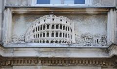 Hôtel Garreau - Français:   Bas-relief représentant le Colisée de Rome sur la façade de l\'Hôtel Garreau (1845) - Rue Dobrée, rue Damrémont - Nantes, Loire-Atlantique