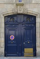 Immeuble - Français:   Porte de l\'immeuble situé au 1 rue d\'Argentré, à l\'angle du Cours Saint-André - Nantes