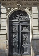 Immeuble - Français:   Porte de l\'immeuble situé au 2 rue d\'Argentré, à l\'angle du Cours Saint-André - Nantes