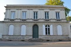 Immeuble, ancien hôtel particulier Maës - Français:   Hôtel particulier situé 4 place du Général-Mellinet, une place octogonale bordée de huit hôtels particuliers aux façades identiques avec parc à l\'arrière, construits entre 1828 à 1874.
