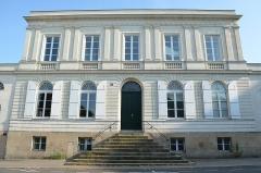 Immeuble - Français:   Hôtel particulier situé 8 place du Général-Mellinet, une place octogonale bordée de huit hôtels particuliers aux façades identiques avec parc à l\'arrière, construits entre 1828 à 1874.