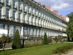 Immeuble sur cours Cambronne - Français:   Immeubles Cours Cambronne à Nantes. De gauche à droite, le n°11 rue Gresset identifiant PA00108703, le n°9 identifiant PA00108702, le n°7 identifiant PA00108701 et le n°5 identifiant PA00108700.