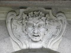 Immeuble - Français:   Immeuble 9b Quai Turenne à Nantes (44). Rez-de-chaussée. 3ème travée. Mascaron.