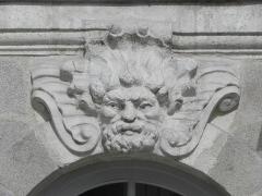 Immeuble -  Immeuble 10 Allée de Turenne à Nantes (44). Mascaron de la 2ème travée du rez-de-chaussée (numérotation de gauche à droite).