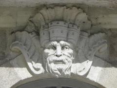 Immeuble - Immeuble 10 Allée de Turenne à Nantes (44). Mascaron de la 4ème travée du rez-de-chaussée (numérotation de gauche à droite).