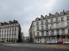Maison - Français:   Immeubles de guingois quai de la Fosse à Nantes. L'immeuble de droite (86 quai de la Fosse) est inscrit MH.