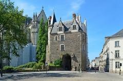 Porte gallo-romaine, dite du Bastion Saint-Pierre, dépendant de l'ancien évêché - Français:   Porte Saint-Pierre située Place du Maréchal-Foch, Nantes, Loire-Atlantique
