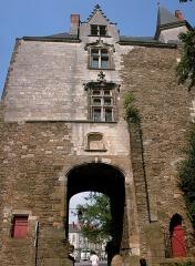Porte gallo-romaine, dite du Bastion Saint-Pierre, dépendant de l'ancien évêché - Français:   La Porte Saint-Pierre, vestige des anciens remparts de Nantes