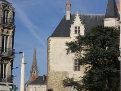 Porte gallo-romaine, dite du Bastion Saint-Pierre, dépendant de l'ancien évêché - Français:   Porte Saint-Pierre, clocher de l\'église Saint-Clément et statue de Louis XVI à Nantes (Loire-Atlantique, France)