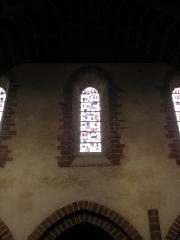 Ancienne abbaye - Intérieur de l'abbatiale de Saint-Gildas-des-Bois (44). Fenêtre haute de la nef.