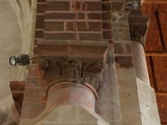 Ancienne abbaye - Intérieur de l'abbatiale de Saint-Gildas-des-Bois (44). Chapiteaux de l'angle sud-ouest de la croisée du transept.