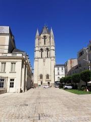 Ancienne abbaye Saint-Aubin, actuelle préfecture - Français:   Vue sur l\'abbaye et la tour Saint-Aubin, place Michel Debré à Angers (Maine-et-Loire, France). Ancienne abbaye, actuellement préfecture. Juillet 2015.