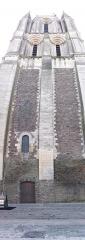 Ancienne abbaye Saint-Aubin, actuelle préfecture - Français:   La tour Saint-Aubin à Angers (Maine-et-Loire, France), vue de la place Saint-Eloi. Juillet 2015.