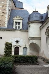 Abbaye Toussaint - Français:   Tourelle en surplomb sur trompe appareillée en panache, derrière le cloître de l\'abbaye Toussaint d\'Angers.