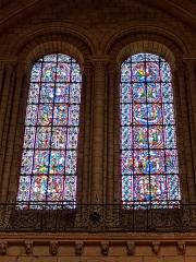 Cathédrale Saint-Maurice - Cathédrale d'Angers: (à droite) vitrail de la Dormition et de l'Assomption de la Vierge Marie, (à gauche) vitrail du Martyre de Sainte Catherine d'Alexandrie (vitraux du 12ème siècle) - descriptif du vitrail de la Dormition et de l'Assomption de la Vierge Marie (de haut en bas et à lire dans l'ordre des numéros): 6/Marie est assise sur un trône à la droite du Christ. Elle est couronnée. Deux anges l'honorent. 5/Debout sur des nuages blancs, la Vierge est enlevée au ciel par quatre anges. 2/la mort de Marie. Son corps est déposé sur un lit blanc. Le Christ, nimbé (au milieu) fait signe à sa mère de le suivre au ciel. 1/Sept apôtres, posés sur un nuage sont transportés à Jérusalem pour assister aux funérailles de la Vierge. 3/Le corps de la Vierge, allongé sur un brancard, est transporté par quatre apôtres. En tête du cortège, Saint Jean porte une palme blanche. 4/Six apôtres au-dessus desquels voltige un ange déposent dans un tombeau le corps de la Vierge