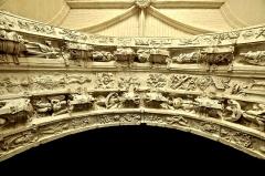 Ancienne abbaye royale de Fontevraud, actuellement centre culturel de l'Ouest - La salle ouverte sur le cloître par deux fenêtres situées de part et d'autre d'un portail sur lequel on peut lire la date de (re)construction de cette salle 1542