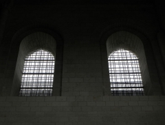 Ancienne abbaye royale de Fontevraud, actuellement centre culturel de l'Ouest - Français:   Deux des fenêtres du mur septentrional du transept nord de l\'abbatiale de Fontevraud (49).