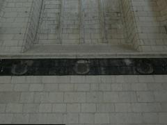 Eglise paroissiale (ancienne chapelle du château) - Français:   Église Notre-Dame de Montreuil-Bellay - litre funéraire sur le mur intérieur (Maine-et-Loire, Pays de la Loire).