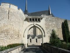 Eglise paroissiale (ancienne chapelle du château) - Français:   Église Notre-Dame de Montreuil-Bellay - Pont au-dessus des douves du château (Maine-et-Loire, Pays de la Loire).