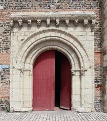 Eglise - Français:   Église Saint-Pierre-et-Saint-Romain de Savennières (49). Extérieur. Portail sud.