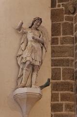 Chapelle de Charné -  Statue de Saint-Michel terassant le dragon. Chapelle de Notre-Dame de Charné en Ernée (53).