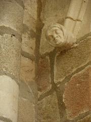 Abbaye bénédictine Notre-Dame d'Evron devenue Couvent de la Charité d'Evron - Français:   Intérieur de la basilique Notre-Dame de l\'Épine d\'Évron (53). Élément décoratif sculpté.